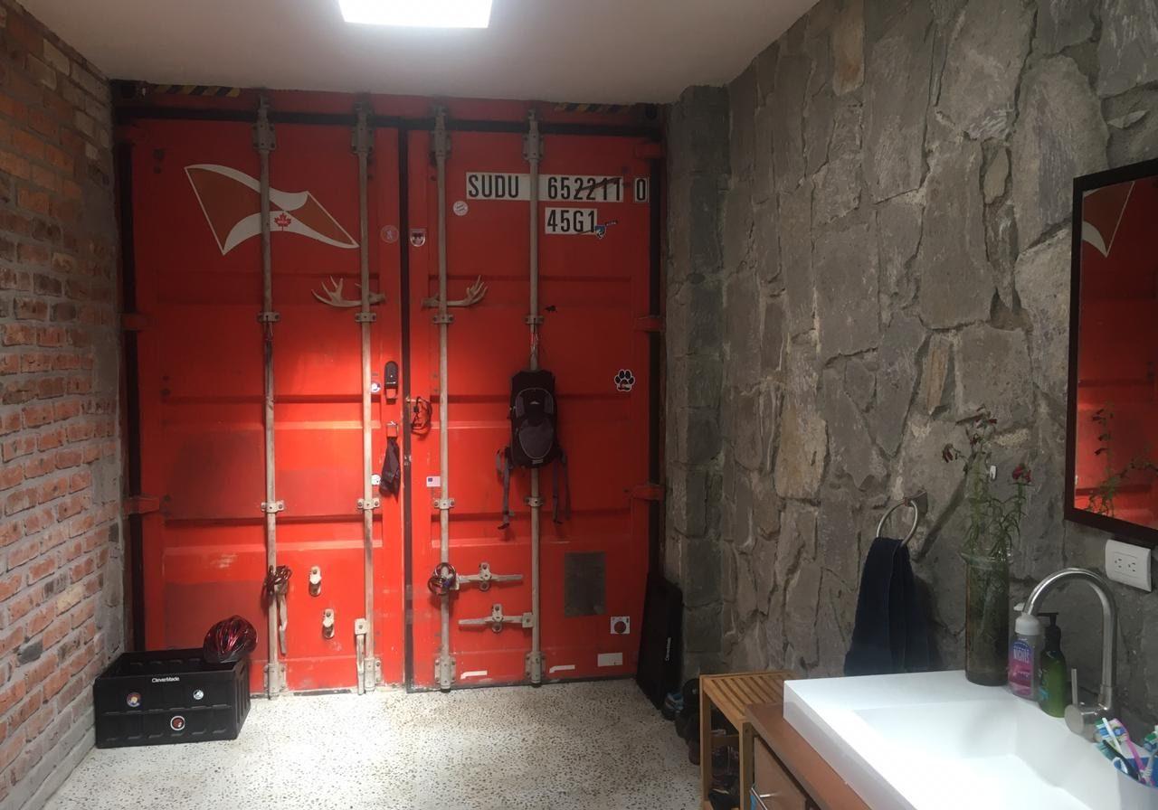 Detalle puerta roja en baño