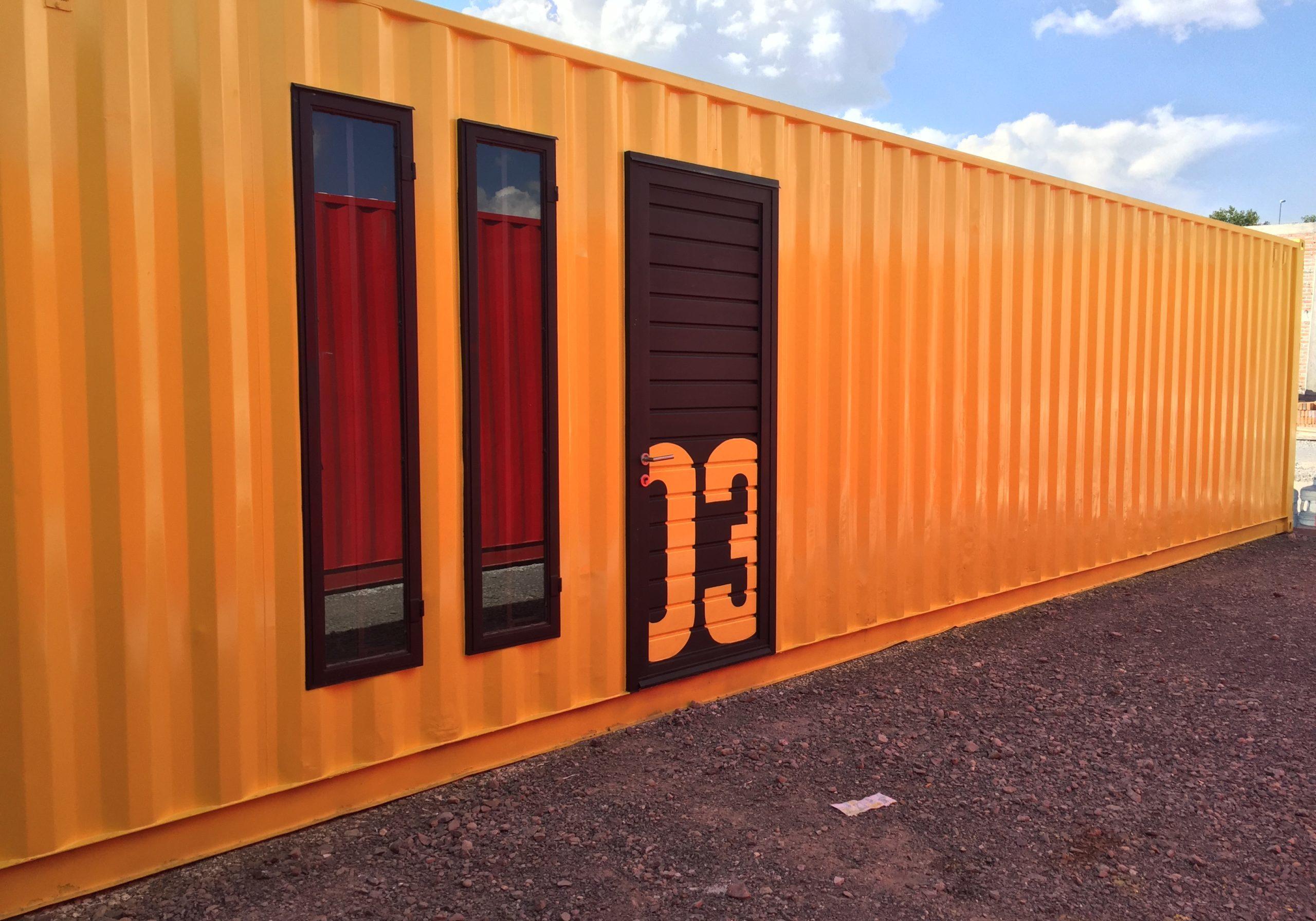 Mini Bodega amarilla modular fabricada con containers. Estilo moderno. Luís Miguel Rubín