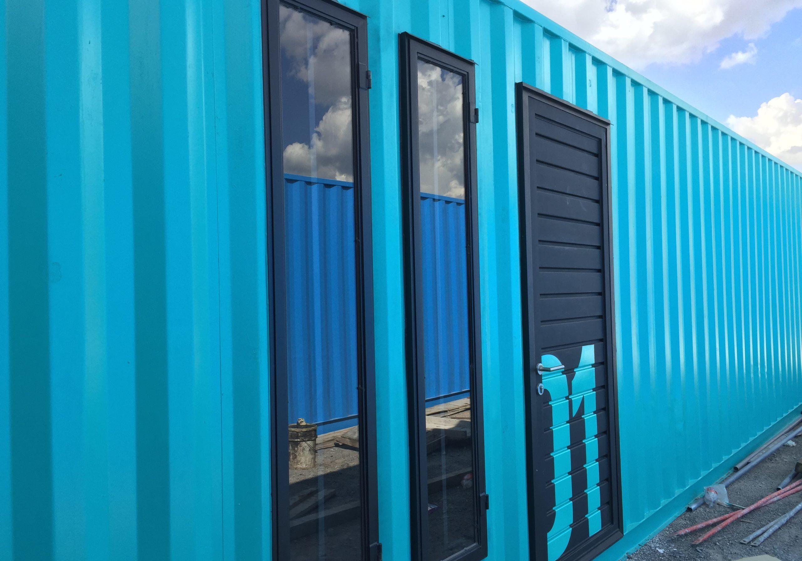Mini Bodega azul claro modular fabricada con containers. Estilo moderno. Luís Miguel Rubín