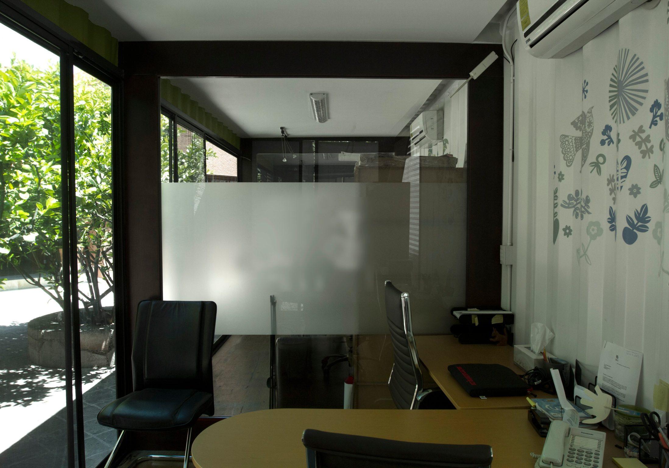 Interior Mini Oficina modular fabricada con containers. Estilo moderno. Luís Miguel Rubín